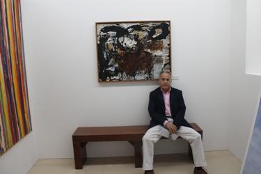 Lobato sentado en su galería
