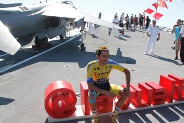 Contador posa ante los medios de comunicación