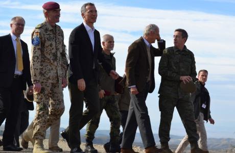 El general alemán Hans-Lothar Dömrose acompaña en la base de San Gregorio en Zaragoza a Jens Stoltenberg y Pedro Morenés
