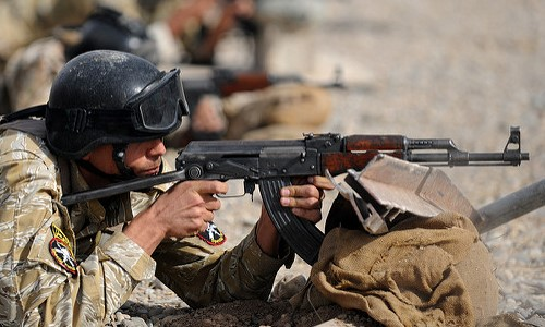 Un soldado a punto de disparar