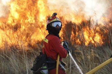 La UME, en plena acción contra el fuego
