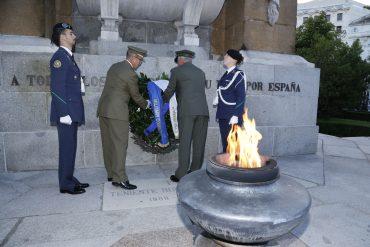 Durante el Homenaje a los Caídos en la Plaza de la Lealtad de Madrid. Fuente: EMAD.