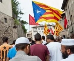 Musulmanes portando banderas independentistas. Fuente: S.M.