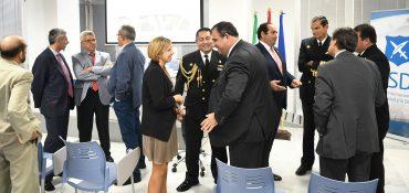 Dña. Teresa Cabezón, delegada comercial de Mecanizados Escribano en Perú, y D. Santiago Llop, director del Instituto de Estudios Estratégicos y Marítimos, en primer término.