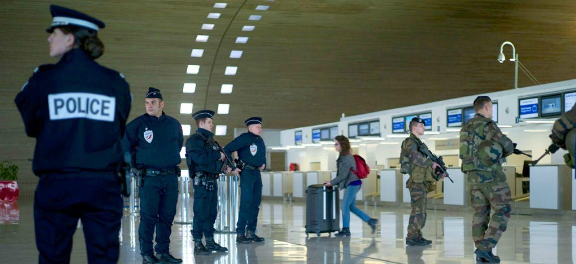 Vigilancia policial en aeropuertos.