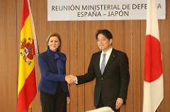 Cospedal y el ministro japonés en su visita al país nipón.