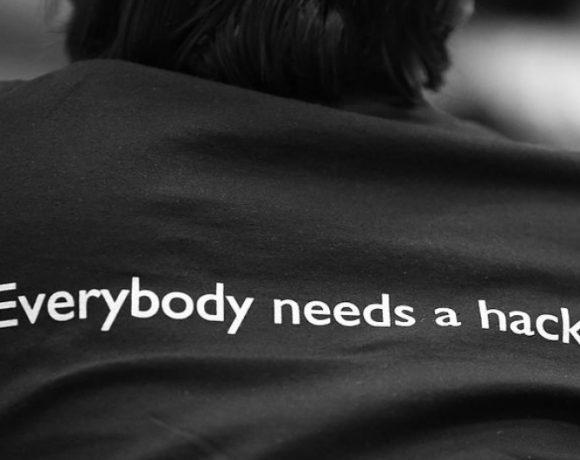 Todo el mundo necesita un hacker. Fuente: Wikimedia Commons